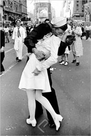 Poster - Eisenstaedt, Alfred Kissing on VJ Day